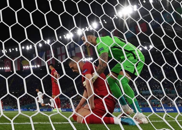 <b>Мерих Демираль (Турция, на фото по центру)</b><br> Во время матча группового этапа между Италией и Турцией срезал мяч в собственные ворота. Сборная Италии выиграла со счетом 3:0