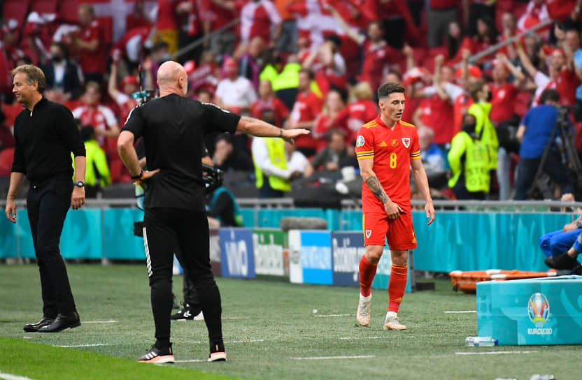 <b>Гарри Уилсон (Уэльс, на фото справа)</b><br> Во время матча 1/8 финала между Данией и Уэльсом совершил грубый подкат против Йоакима Мехле и получил красную карточку. Сборная Дании в большинстве победила 4:0 и вышла в четвертьфинал