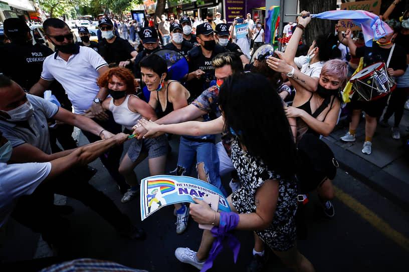 Анкара, Турция. Полицейские разгоняют участников запрещенного гей-парада