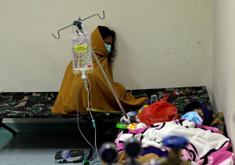 Джакарта, Индонезия. Люди отдыхают в отделении неотложной помощи