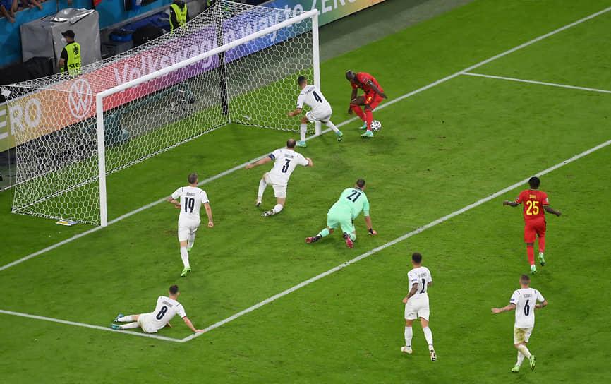 <b>Ромелу Лукаку (Бельгия, на фото справа сверху)</b><br> На 61-й минуте четвертьфинального матча Бельгия—Италия нападающий бельгийцев Ромелу Лукаку не реализовал голевой момент, когда его команда проигрывала со счетом 1:2. Матч завершился с тем же счетом