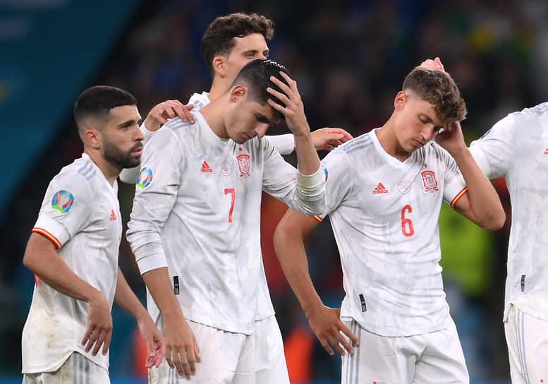 <b>Альваро Мората (Испания, на фото центре)</b><br> Во время послематчевых пенальти в 1\2 финала между Италией и Испанией не смог забить решающий удар, из-за чего Испания вылетела с Евро
