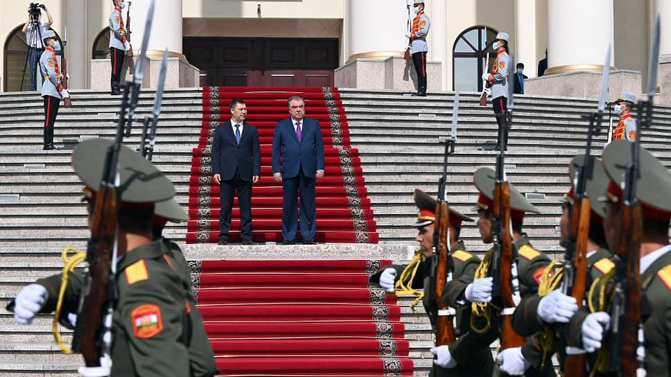 Президент Киргизии Садыр Жапаров (слева) и президент Таджикистана Эмомали Рахмон