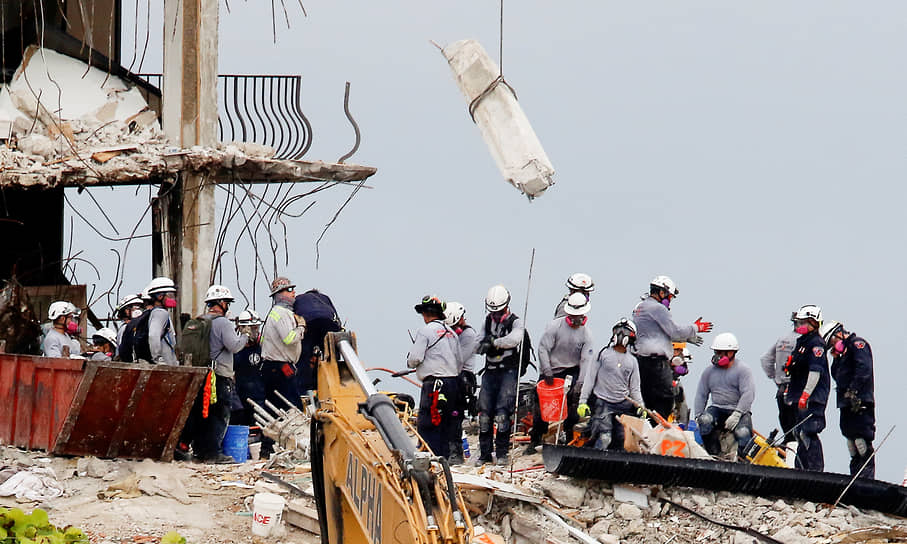 Майами-Бич, США. Поисково-спасательные работы возле разрушенного дома