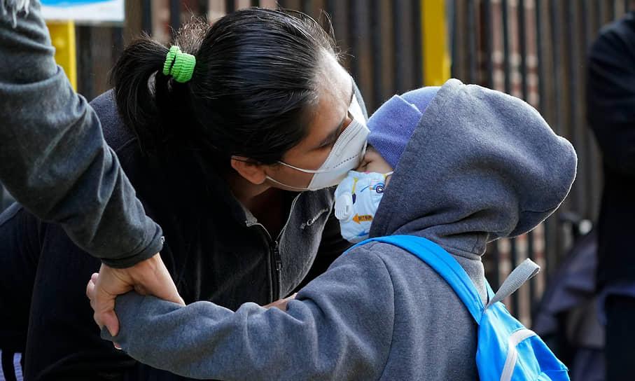 Мать прощается с сыном на входе в Центр дошкольного образования, Нью-Йорк