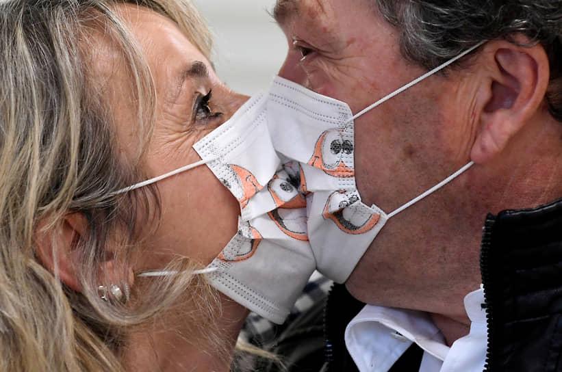 Итальянцы Стефания и Карло на церемонии бракосочетания, которая прошла без гостей из-за антиковидных ограничений
