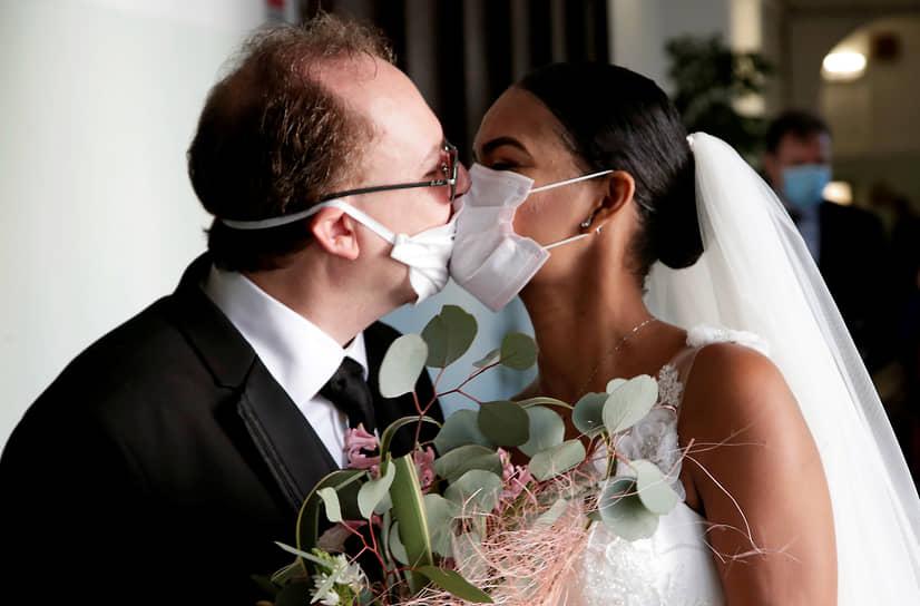 Молодожены Диего Фернандес и Дени Сальгадо на свадебной церемонии в итальянском Неаполе