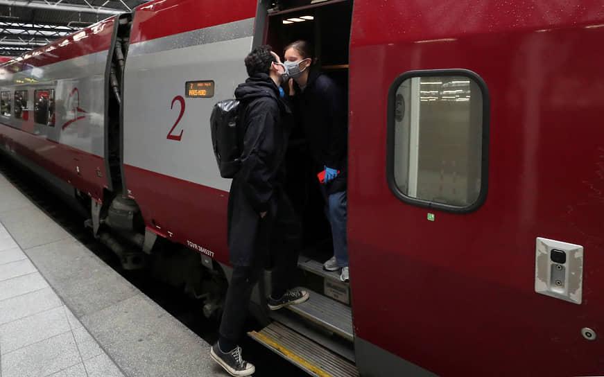 Француз Анри де Шасси встречает на вокзале свою девушку Марго Ребуа, прибывшую в Париж из Брюсселя