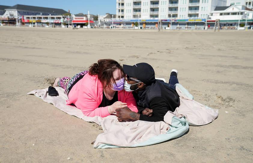 Американцы Дель Янг (справа) и Джейми Амосс на пляже в Оушен-Сити, штат Мэриленд