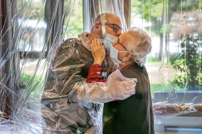 «Комната для объятий» в доме престарелых в итальянском Кастельфранко-Венето, организованная для защиты пожилых людей от коронавируса