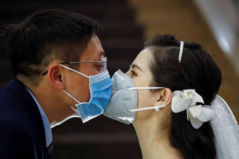 Вьетнамский стоматолог Чан Фуонг Тао и ее муж Чан Мин Хиу на своей свадебной церемонии в Ханое