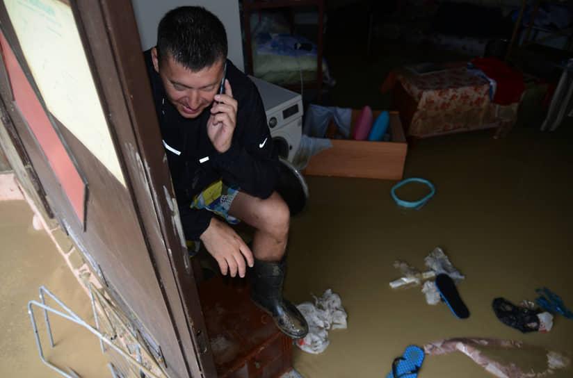 Последствия стихии устраняли несколько сотен спасателей<br> На фото: подтопленный номер гостиницы неподалеку от реки Кудепста в Хостинском районе Сочи