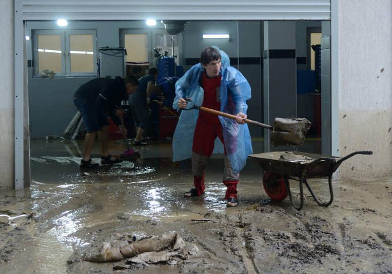В восстановлении электроснабжения в Сочи и других населенных пунктах были задействованы более 100 специалистов