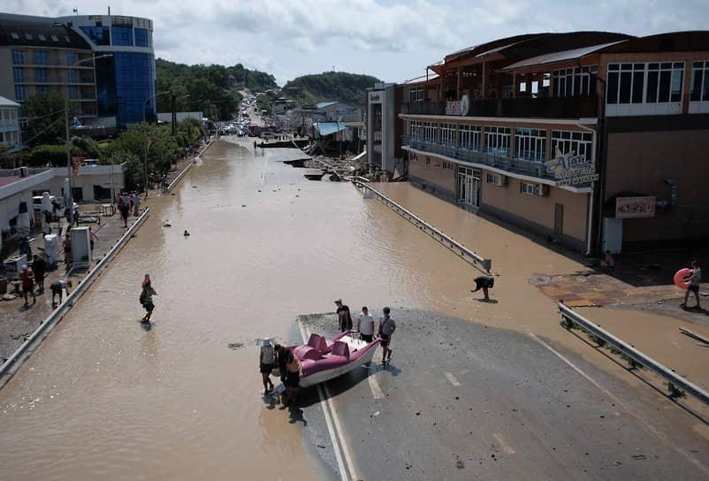 Эвакуированы 136 человек, при этом 44 человека спасатели сняли с крыш затопленных домов