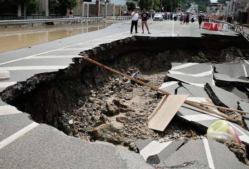 Губернатор Краснодарского края Вениамин Кондратьев назвал причинами подтоплений неочищенные русла рек и их застройку
