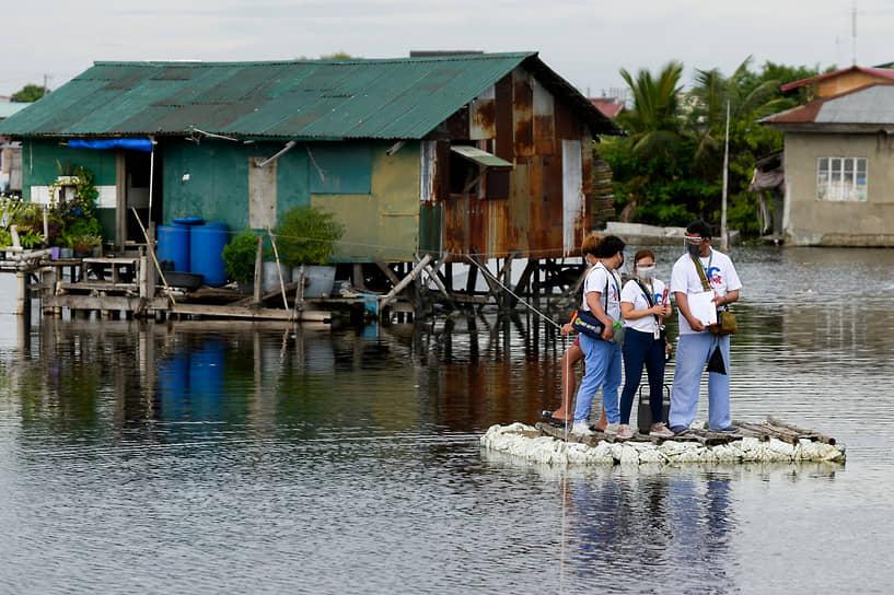 Валенсуэла, Филиппины. Медработники, участвующие в кампании по вакцинации граждан от COVID-19
