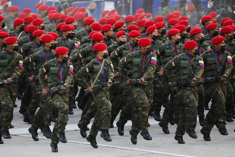 Каракас, Венесуэла. Солдаты на военном параде по случаю 210-й годовщины провозглашения независимости Венесуэлы