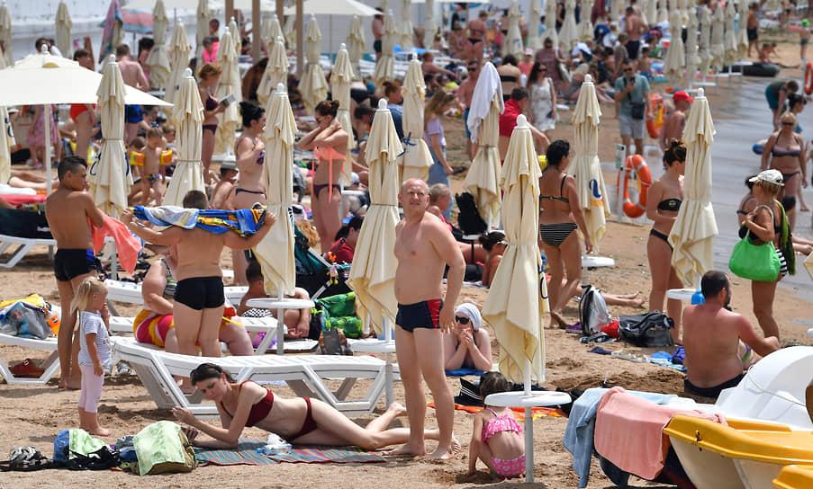 Геленджик, Россия. Отдыхающие на пляже