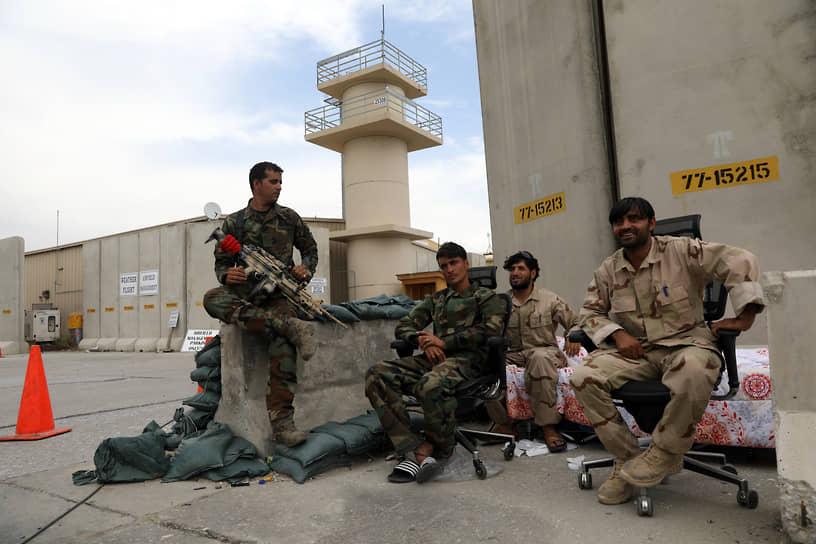Прежде чем афганиские военные (на фото) смогли взять под контроль авиабазу, находящуюся примерно в часе езды от Кабула, в нее вторглись мародеры, которые, по данным ВС Афганистана, грабили казармы и рылись в складских палатках