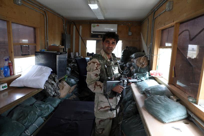 В «наследство» от военнослужащих США правительственным силам осталось также стрелковое вооружение и амуниция: тяжелые орудия американцы забрали с собой, а боеприпасы уничтожили