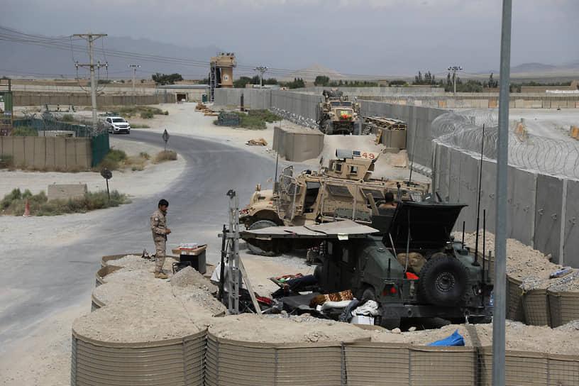 По официальным данным, американские солдаты оставили на авиабазе 3,5 млн предметов, каждый из которых учтен и внесен в соответствующий список, в том числе сотни бронемашин и автомобилей, десятки тысяч бутылок воды, банок с энергетическими напитками и сухих пайков