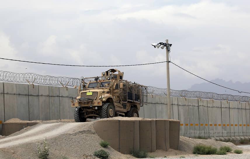 Сама авиабаза, оказавшаяся в распоряжении афганской армии, представляет собой небольшой город с ангарами, бараками, двумя взлетно-посадочными полосами, сотней парковочных мест для боевых самолетов с арочными укрытиями. На территории также есть пассажирский зал ожидания, больница на 50 коек и крупный склад мебели