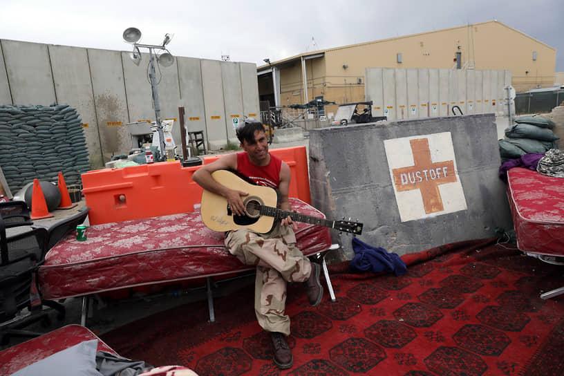 В апреле 2021 года президент США Джо Байден пообещал вывести войска из Афганистана к 11 сентября этого года (20-летней годовщине терактов в США), несмотря на возражения советников: руководители спецслужб открыто указывали, что афганское правительство с трудом сможет сдерживать боевиков «Талибана» (организация запрещена в РФ) своими силами <br>На фото: афганский солдат на покинутой американскими войсками авиабазе Баграм