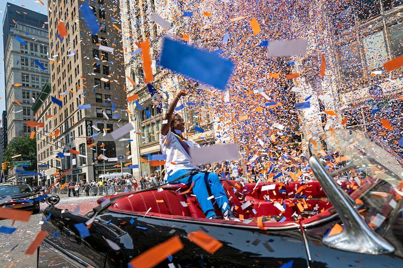 Нью-Йорк, США. Доктор Сандра  Линдсей, первой в стране сделавшая прививку от коронавируса, во время парада в честь медицинских работников