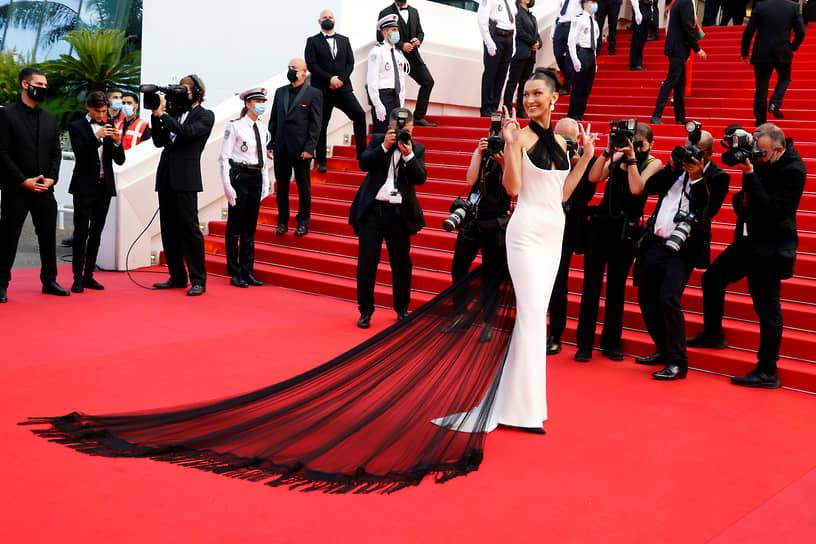 Канн, Франция. Модель Белла Хадид  на красной дорожке перед открытием Каннского кинофестиваля