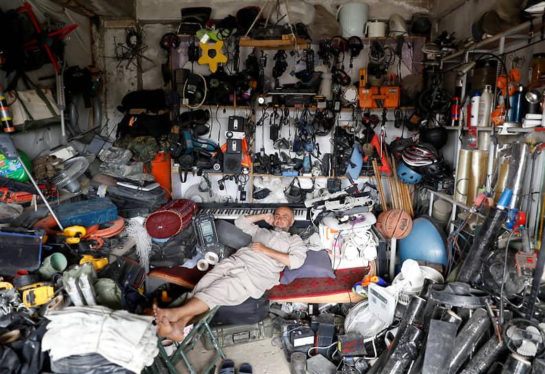 Несмотря на то что внезапный уход из Афганистана на страницах американских СМИ часто сравнивают с уходом из Южного Вьетнама, сама война, судя по всему, не стала PR-катастрофой для американских властей <br>На фото: выставленные на продажу вещи, оставленные американскими войсками, неподалеку от авиабазы Баграм