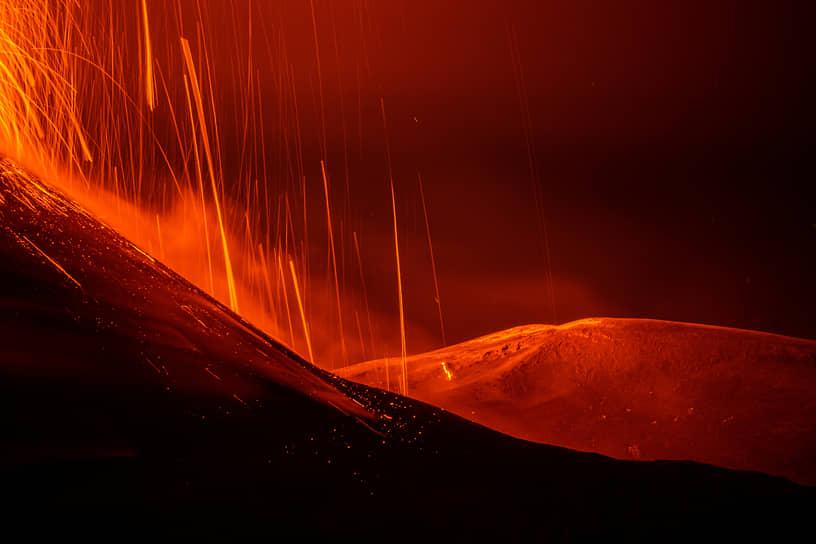 Сан-Альфио, Италия. Извержение вулкана Этна