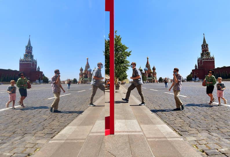 Москва, Россия. Люди в защитных масках на Красной площади