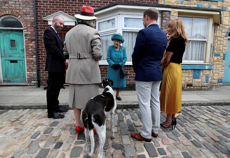 Манчестер, Великобритания. Королева Елизавета II на встрече с актерами и членами съемочной группы телесериала «Улица Коронации»