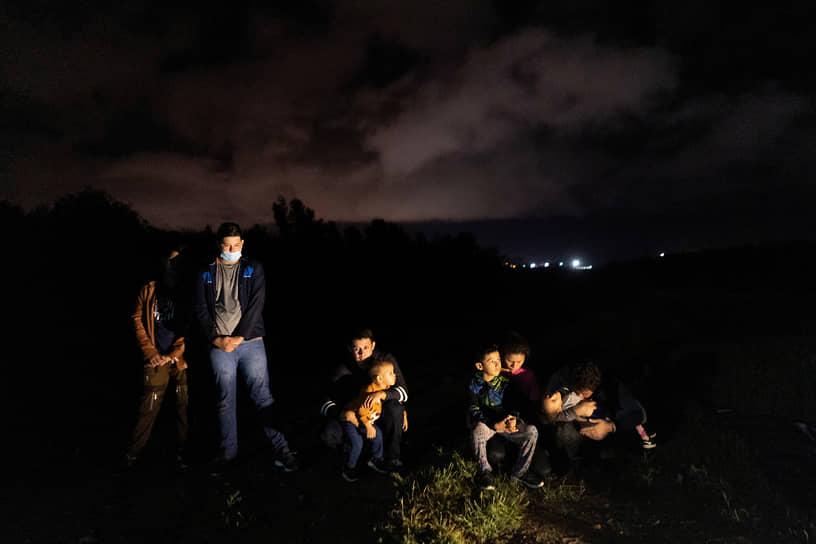 Техас, США. Беженцы из Эквадора ожидают американский пограничный патруль после перехода через реку Рио Гранде