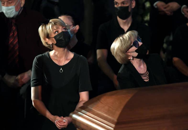 Дочь актера, телеведущая и актриса Юлия Меньшова (слева) и вдова, актриса Вера Алентова во время церемонии прощания