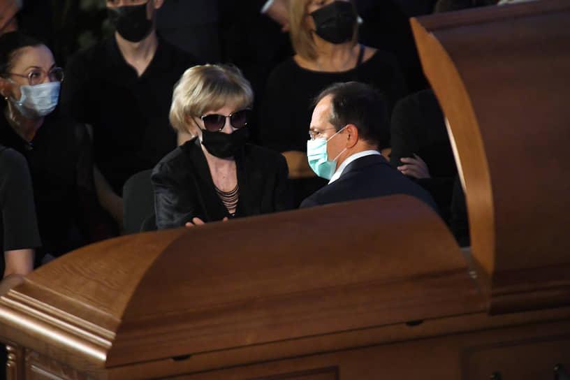 Вдова Владимира Меньшова Вера Алентова (в центре) и помощник президента России Владимир Мединский