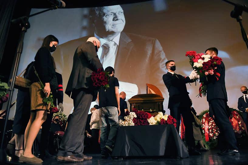 Коллеги и поклонники Владимира Меньшова несут цветы во время церемонии прощания