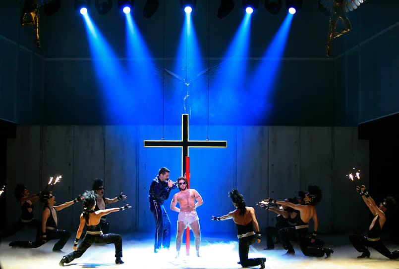 Одним из самых знаменитых критиков рок-оперы был американский проповедник Билли Грэм. Он обвинял ее создателей в «кощунстве и святотатстве». Особенно его возмущало отсутствие в сюжете сцены воскрешения. «Без воскрешения нет христианства»,— отмечал проповедник <br>На фото: ремейк рок-оперы в Мадриде