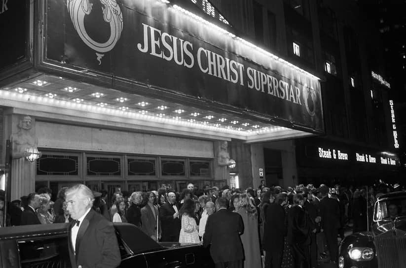 На Бродвее рок-опера стала настоящей сенсацией. В отличие от зрителей, критики не приняли постановку, некоторые обвиняли авторов в антисемитизме. По следам бродвейской постановки была выпущена пластинка с рок-оперой, которая впоследствии разошлась миллионными тиражами. Роль Иисуса на записи исполнил вокалист рок-группы Deep Puple Иэн Гиллан. Пластинка возглавляла крупнейшие американские и английские хит-парады (Billboard 200, UK Singles Chart и другие) <br>На фото: премьера мюзикла на Бродвее 12 октября 1971 года