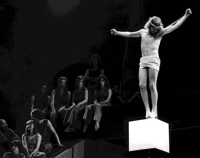 9 августа 1972 года в театре «Палас» состоялась лондонская премьера рок-оперы. Она оказалась еще более удачной, чем оригинальная постановка на Бродвее: спектакль не сходил со сцены восемь лет и стал самым успешным мюзиклом в Великобритании второй половины ХХ века. В 1972 году лондонский спектакль посещал советский композитор Дмитрий Шостакович, отметивший, что рок-опера «очень талантлива» <br>На фото: исполнитель главной роли в лондонской постановке Пол Николас