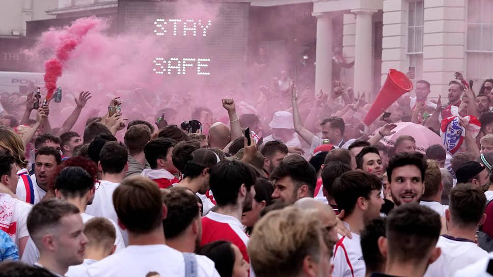 Толпа болельщиков на Трафальгарской площади перед началом матча