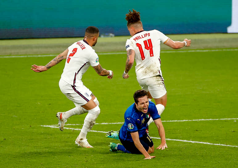 Итальянский нападающий Федерико Кьеза (в центре) в борьбе за мяч с англичанами Кайлом Уолкером (слева) и Калвином Филлипсом