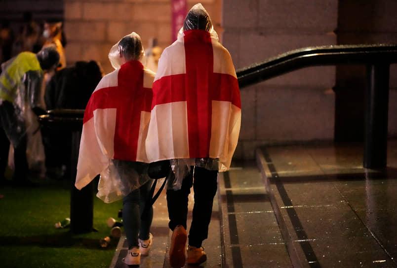 Английские болельщики в фан-зоне на Трафальгарской площади после завершения матча