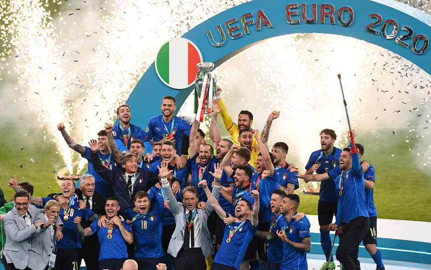 Итальянская команда празднует победу