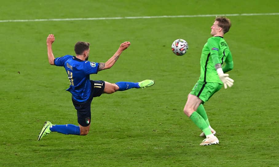 Английский вратарь Джордан Пикфорд отразил удар итальянского нападающего Доменико Берарди, однако атака в итоге все равно закончилась голом в ворота сборной Англии