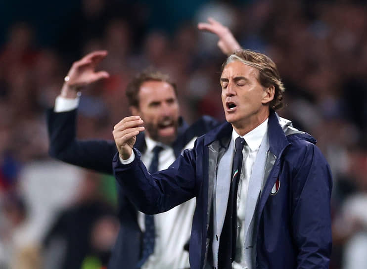 Главные тренеры сборной Англии и Италии Гарет Саутгейт (слева) и Робертом Манчини