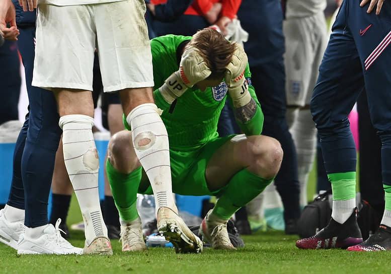 Вратарь сборной Англии Джордан Пикфорд перед серией послематчевых пенальти. Основное и дополнительное время завершилось со счетом 1:1
