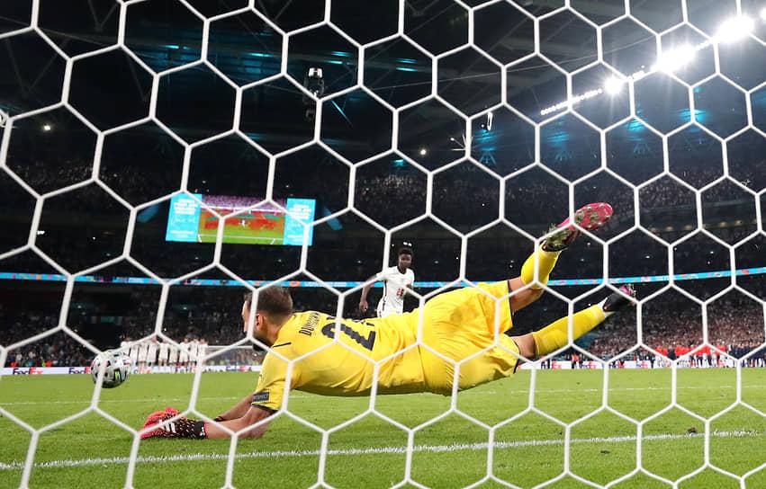 Итальянский голкипер Джанлуиджи Доннарумма отразил удар Букайо Саки — последний в серии. Из-за трех незабитых пенальти подряд сборная Англии проиграла в финале Евро