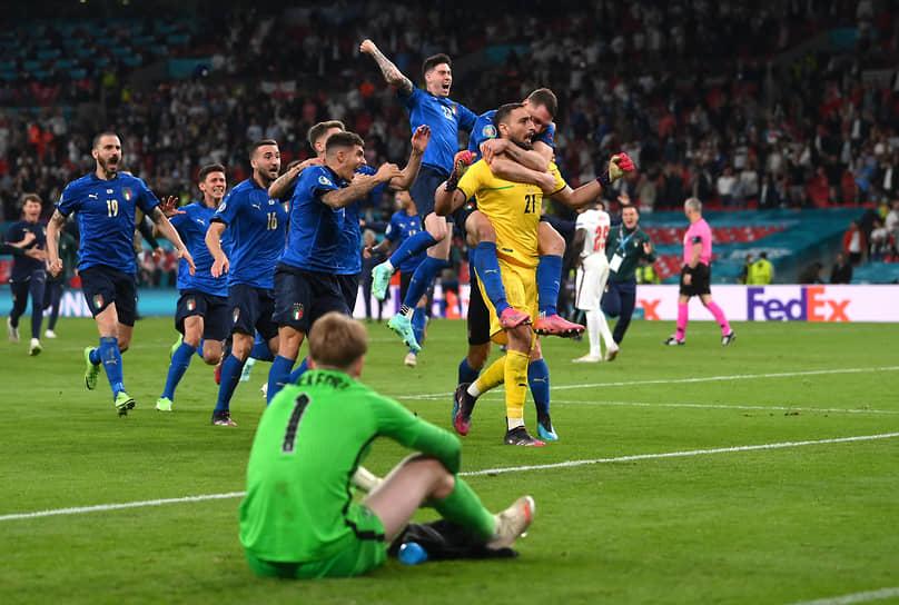 Сборная Италии празднует победу на чемпионате Европы