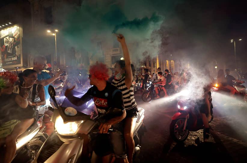 Итальянские болельщики празднуют победу своей команды